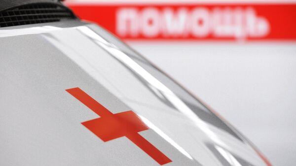 Красный крест на новом автомобиле скорой медицинской помощи, переданном учреждениям здравоохранения Свердловской области