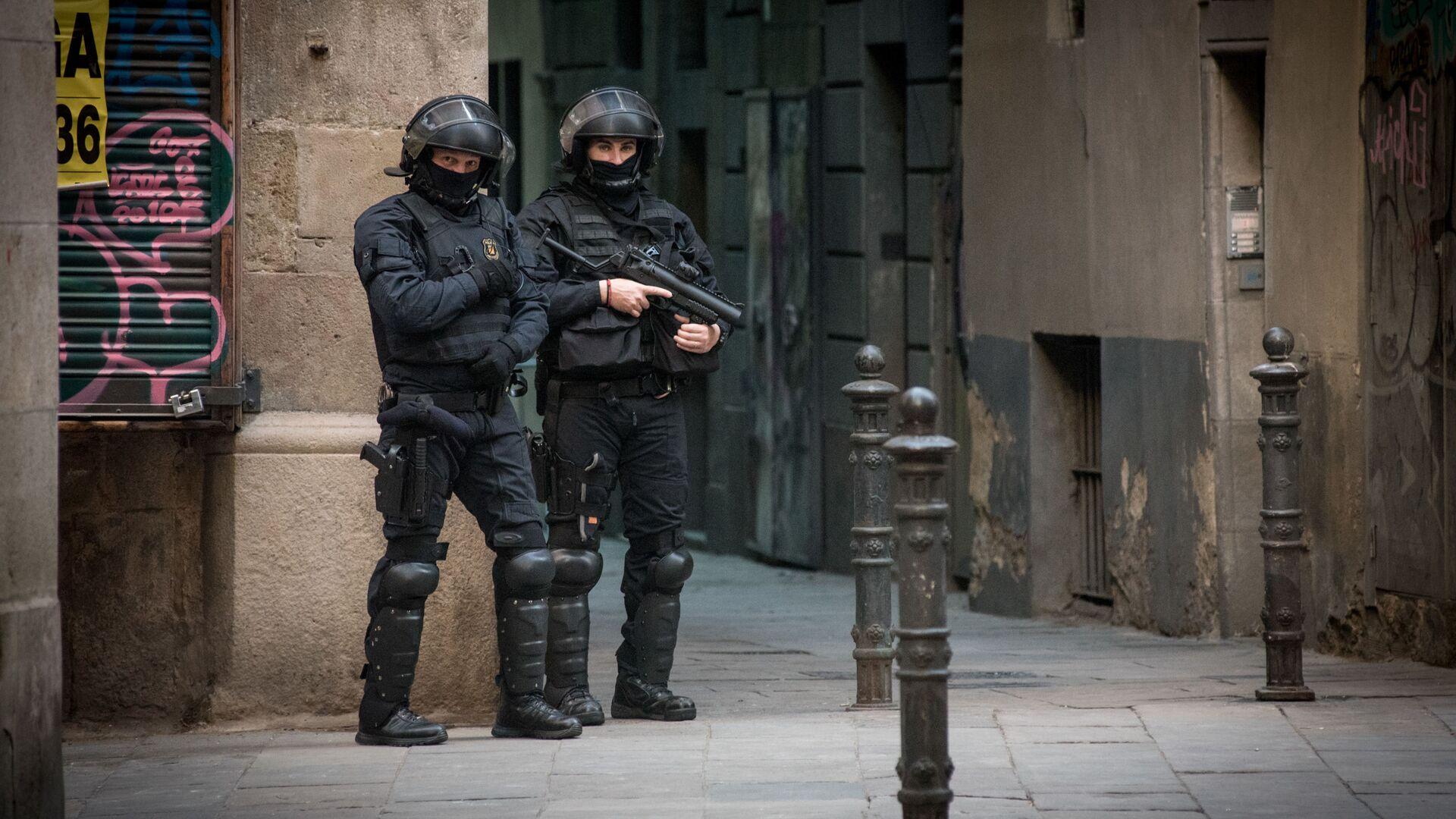 Сотрудники полиции во время акции протеста в Барселоне - РИА Новости, 1920, 03.08.2021
