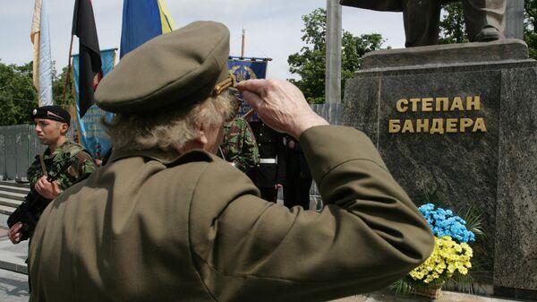 Ветераны  УПА* у памятника Степану Бандере в центре Львова