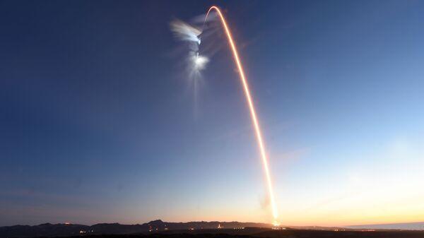 След в небе после запуска ракеты с базы Ванденберг в США