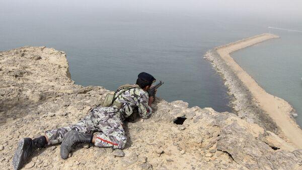 Военнослужащий армии Ирана во время учений в прибрежной зоне Ормузского пролива