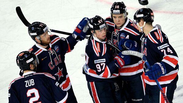 Хоккеисты СКА радуются заброшенной шайбе в исполнении Никиты Гусева