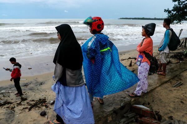 Местные жители после цунами в Индонезии