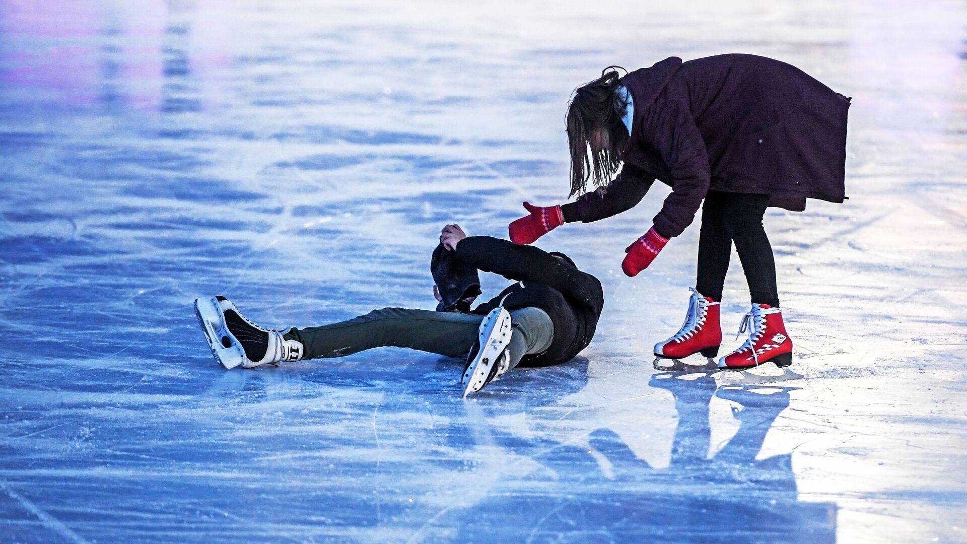 Посетители катаются на катке с искусственным льдом в парке Сокольники в Москве - РИА Новости, 1920, 07.01.2020