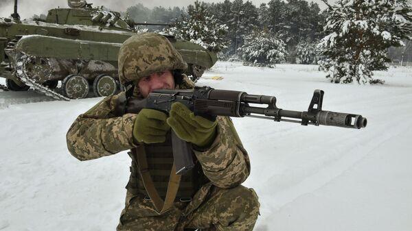 Украинский военнослужащий во время учений