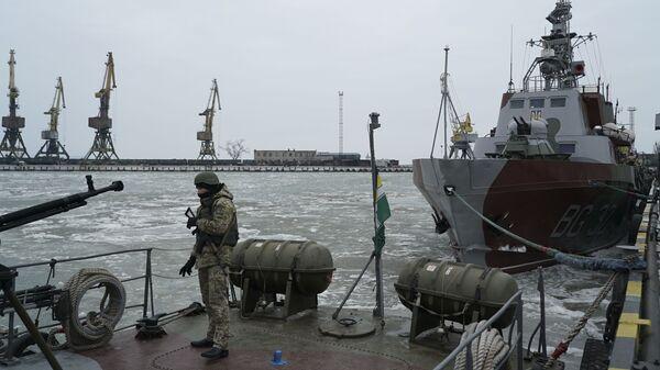 Украинский военнослужащий на борту корабля береговой охраны в порту Мариуполя