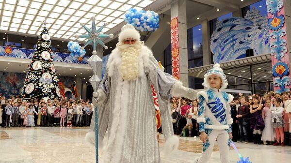 Дед Мороз с мальчиком во время новогоднего представления
