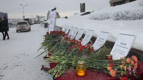 Цветы в память о погибших на пожаре на руднике СКРУ-3