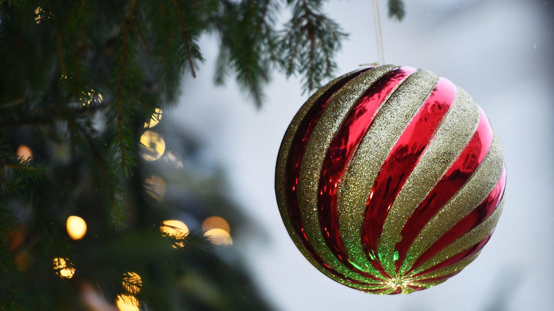 Украшение новогодней елки на Соборной площади Кремля - РИА Новости, 1920, 18.11.2020