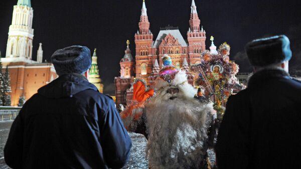 Актер в костюме Деда Мороза и сотрудники полиции на Красной площади