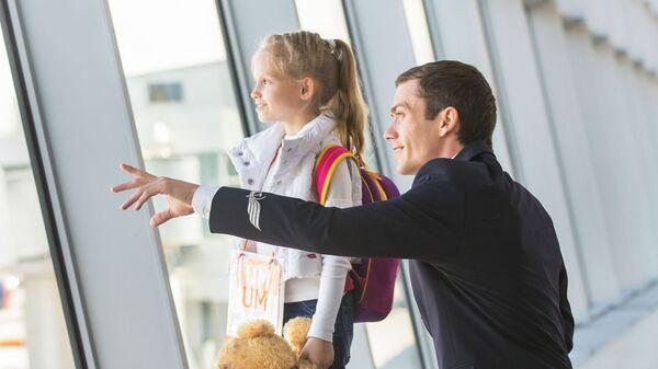 Мужчина с ребенком в аэропорту