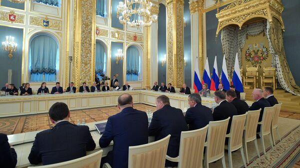 Владимир Путин поручил разработать образовательные программы для госслужащих