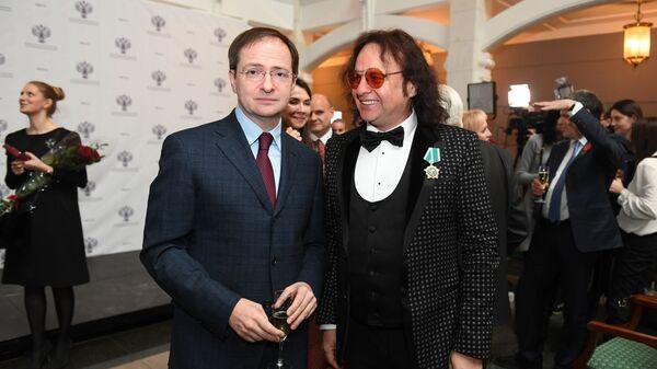 Министр культуры РФ Владимир Мединский и музыкант Виктор Зинчук, награжденный орденом Дружбы. 28 декабря 2018