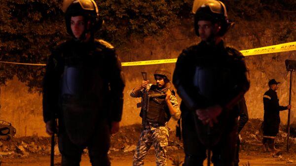Сотрудники правоохранительных органов Египта на месте взрыва автобуса в Каире