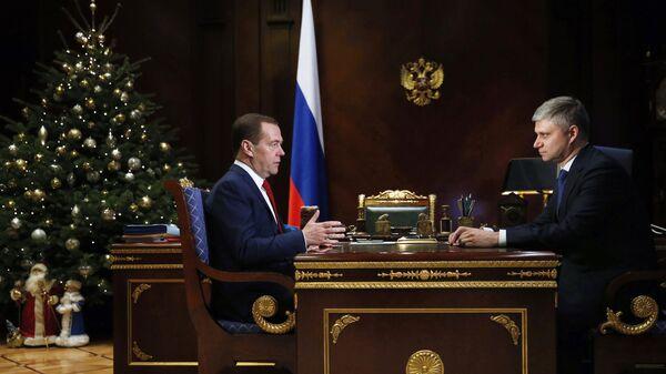 Председатель правительства РФ Дмитрий Медведев и председатель правления ОАО РЖД Олег Белозеров во время встречи. 29 декабря 2018