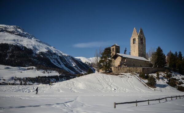 Люди катаются на лыжах близ города Селерина