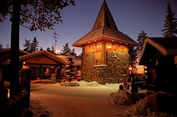 На территории парка развлечений Деревня Санта Клауса. Расположен около города Рованиеми в Лапландии