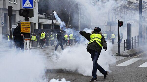 Участник протестной акции желтых жилетов в Париже