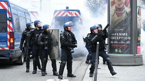 Сотрудники правоохранительных органов в Париже, где проходит протестная акция желтых жилетов
