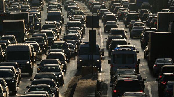 Автомобили в пробке в Москве