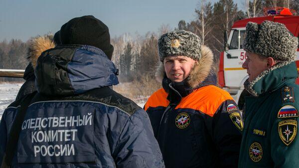 Сотрудники специальных служб на месте крушения вертолета Agusta A119  в районе поселка Верхняя Березовка в Бурятии. 30 декабря 2018