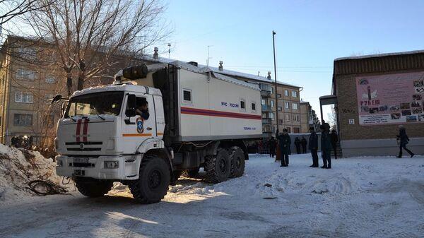 Автомобиль МЧС на месте обрушения одного из подъездов жилого дома в Магнитогорске. 31 декабря 2018