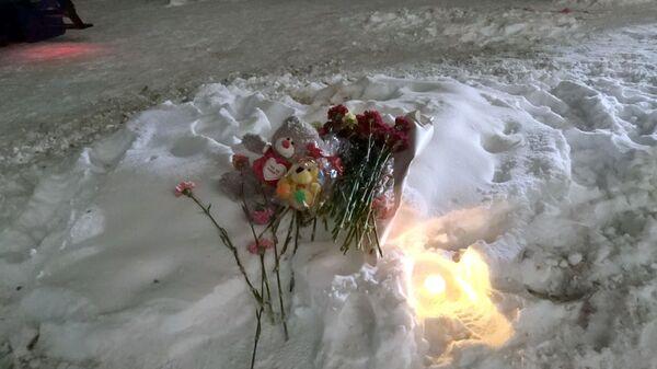 Цветы и мягкие игрушки на месте взрыва в Магнитогорске