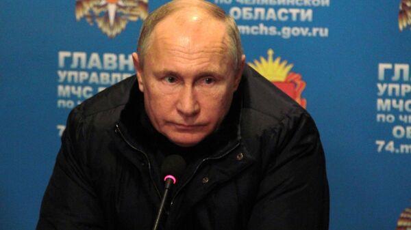 Владимир Путин проводит совещание в оперативном штабе МЧС на месте взрыва газа в жилом доме в Магнитогорске. 31 декабря 2018