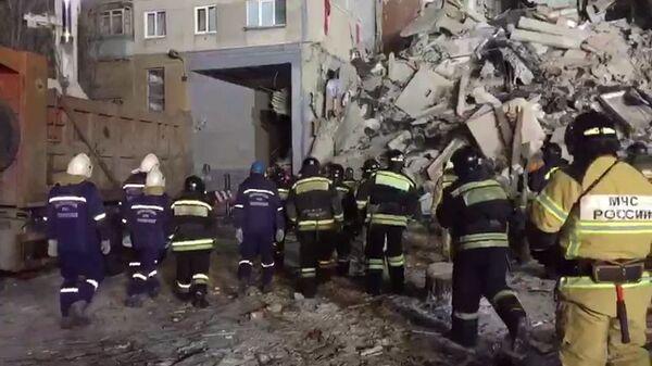 Сотрудники МЧС на месте обрушения одного из подъездов жилого дома в Магнитогорске