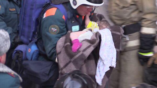 Сотрудники МЧС РФ извлекли из под завалов жилого дома на проспекте Карла Маркса в Магнитогорске живого одиннадцатимесячного ребенка. 1 января 2019
