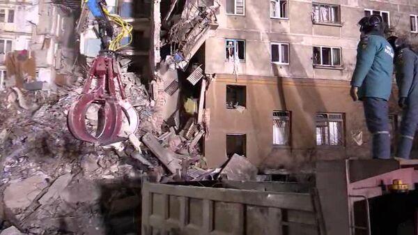 Поисковые работы и разбор завалов сотрудниками МЧС РФ на месте обрушения одного из подъездов жилого дома в Магнитогорске, где произошел взрыв бытового газа