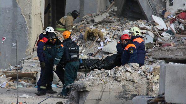 Сотрудники МЧС РФ на месте обрушения одного из подъездов жилого дома в Магнитогорске, где произошел взрыв бытового газа