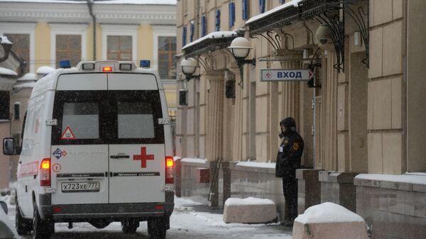 Машина скорой помощи на территории Научно-исследовательского института неотложной детской хирургии и травматологии в Москве
