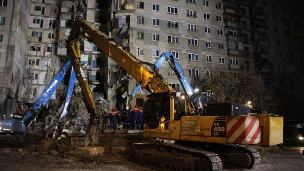Поисковые работы и разбор завалов сотрудниками МЧС РФ на месте обрушения одного из подъездов жилого дома на проспекте Карла Маркса дом 164 в Магнитогорске, где произошел взрыв бытового газа. 2 января 2019