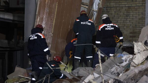 Сотрудники МЧС Росси на месте обрушения одного из подъездов жилого дома в Магнитогорске, где произошел взрыв бытового газа