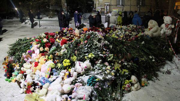Народный мемориал неподалеку от места обрушения одного из подъездов жилого дома в Магнитогорске. 3 января 2019