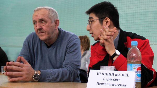 Психолог работает с мужчиной в школе №14, где размещены пострадавшие от обрушения одного из подъездов жилого дома в Магнитогорске. 3 января 2019