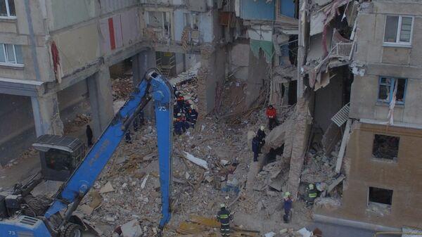 Сотрудники МЧС РФ во время разбора завалов на месте обрушения одного из подъездов жилого дома в Магнитогорске. 3 января 2019