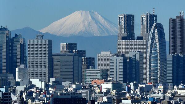 Небоскребы квартала Ниси-Синдзюку в Токио на фоне горы Фудзи, Япония