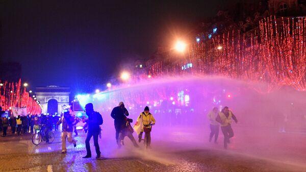 Полиция применяет водометы против участников протестной акции жёлтых жилетов на Елисейских полях в Париже