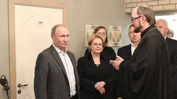 Президент РФ Владимир Путин и министр здравоохранения РФ Вероника Скворцова во время посещения Детского хосписа в Санкт-Петербурге. 6 января 2019