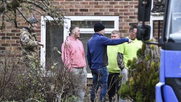 Рабочие и военнослужащие возле дома Сергея Скрипала в Солсбери, Англия. 8 января 2019 г.