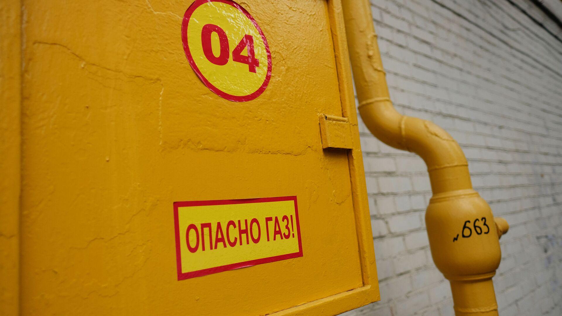 Труба газопровода на фасаде здания - РИА Новости, 1920, 08.09.2021