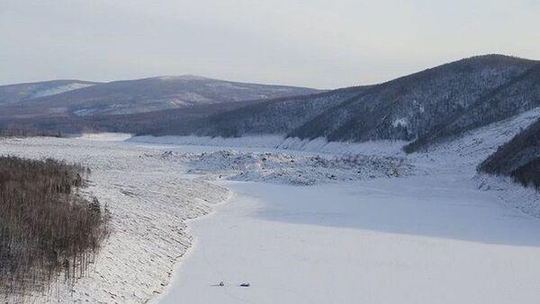 На месте обрушения части сопки в реку в Верхнебуреинском районе Хабаровского края