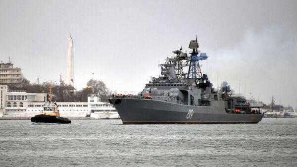 Большой противолодочный корабль Северного флота Североморск во время захода в Севастопольскую бухту
