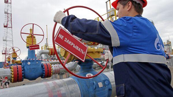 Рабочий проводит заключительные проверки перед запуском в эксплуатацию подземного хранилища газа в Калининградской области