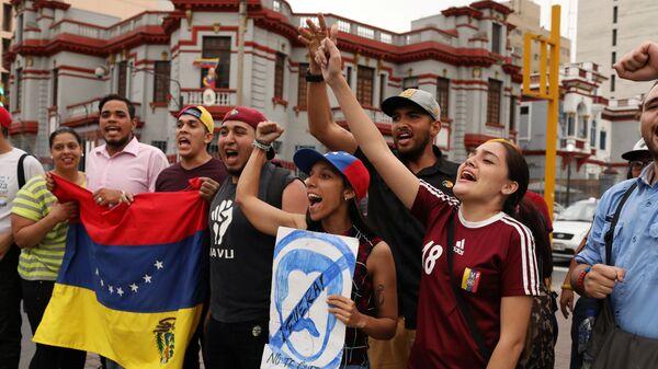 Участники протеста против начала второго президентского срока Николаса Мадуро возле посольства Венесуэлы в Лиме. 10 января 2019