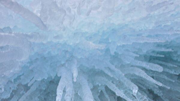 Сосульки на прибрежных скалах замерзшего озера Байкал