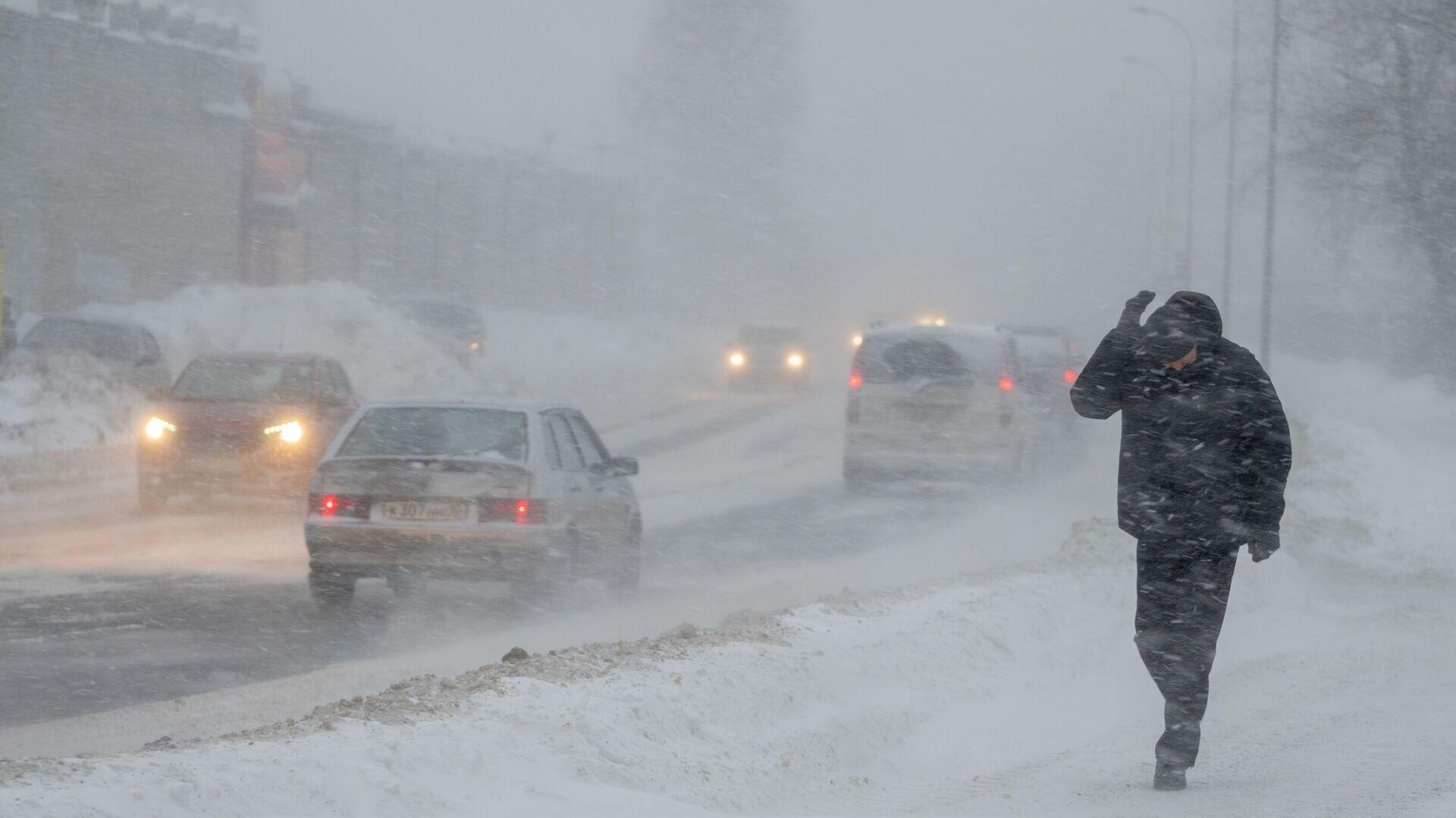 Прохожий на одной из улиц в Петрозаводске во время снегопада - РИА Новости, 1920, 24.02.2021