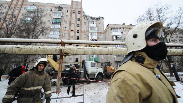 Сотрудники МЧС РФ у девятиэтажного жилого дом №16 на улице Хабарова в городе Шахты, в котором произошел взрыв бытового газа